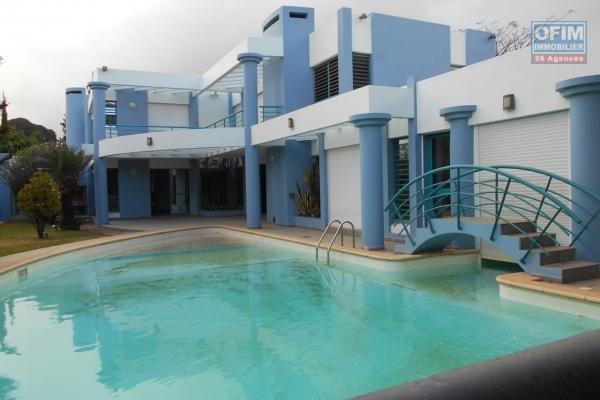 Exceptionnelle au cœur de la ville d'Antananarivo à louer une maison style traditionnelle de standing avec piscine de type F8.