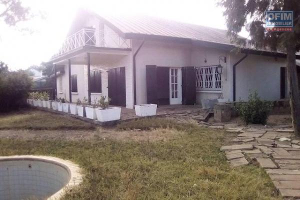 A louer une belle villa à l'étage F5 avec un très beau jardin dans un endroit calme et sécurisé à Ambohibao