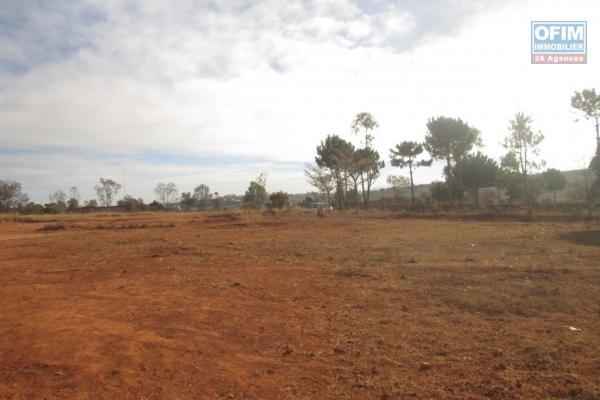 A vendre un terrain de 4040 m2 plat, prêt à bâtir en bord de route à Anjanamanoro- Fenoarivo