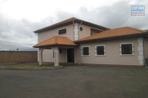 A vendre, une spacieuse villa F5 neuve, sur 1280 m2 de terrain dans un lotsissement à Faravohitra Avaratra- Antananarivo