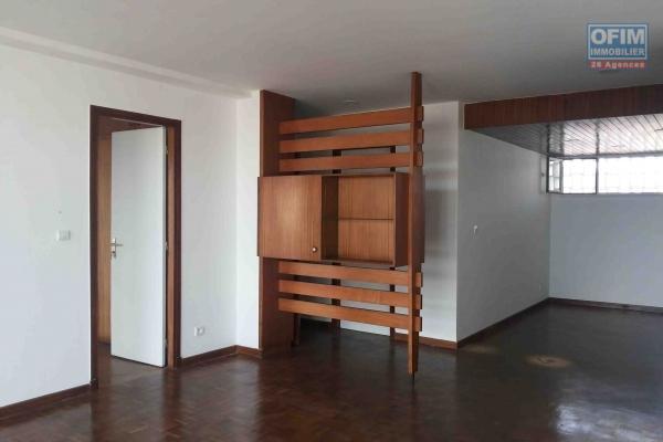 A louer un bel appartement T3 meublé et équipé au coeur du centre ville à Ampasamadinika.