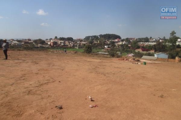 A vendre un beau terrain de 3000 m2, morcelable, plat prêt à bâtir et clôturé à Ilaivola Ivato