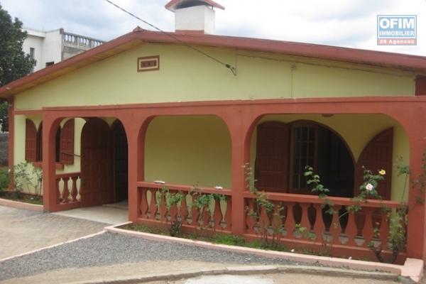 A louer une modeste villa basse de type F3 dans une résidence bien sécurisée sise à Ambohinambo Talatamaty proximité de toutes les commodités