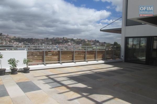 A vendre un immeuble de 05 étages récent, en plein centre ville dans le quartier d'Amparibe- Antananarivo