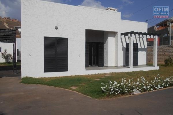 OFIM met en location une villa F6 à avec piscine à débordement avec une vue sur le lac à Andohanimandroseza