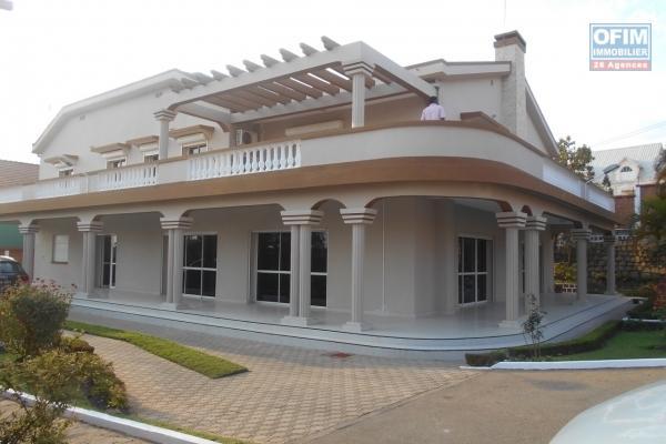 Quatre villas neuves F6 avec piscine à Analamahitsy