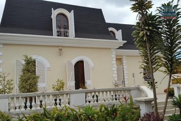 A louer une belle villa à étage de type F6 dans un quartier résidentiel à Antanetibe Ivato, à proximité de toutes les commodités et facile d'accès, 5 mn de l'aéroport