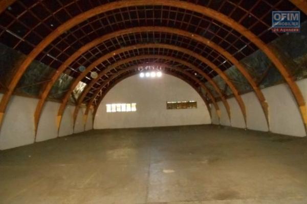 A louer un entrepôt de 750m2 sur un grand terrain de 3874m2 à Ambohimangakely