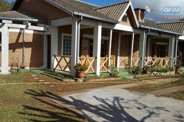 A louer une villa basse de type F4 dans une résidence cloturée bord de route principale sis à Androndra à 15 minutes du centre ville