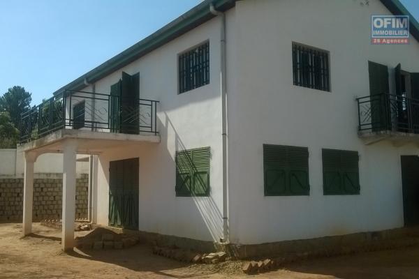 A vendre à Tsimbazaza maison à étage en 2ème plan avec parking à proximité.