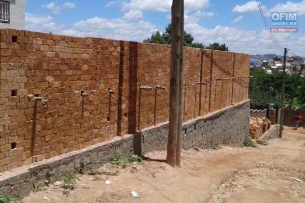 A vendre  Tanjombato un  terrain clôturé de 250 m2  vendue avec plan de maison établie