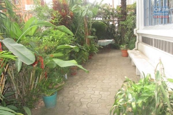 OFIM propose en location une villa F5 + appartement T2  de 350 m2neuf à Ambatobe