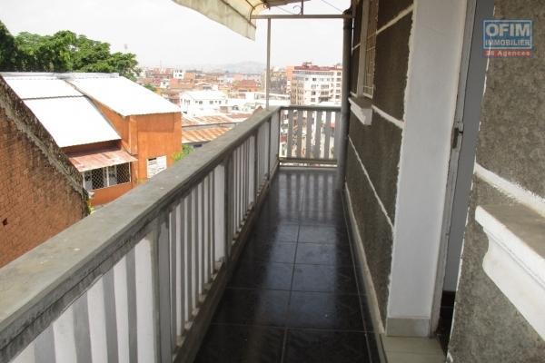 Un appartement T3 dans un immeuble à Antsakaviro