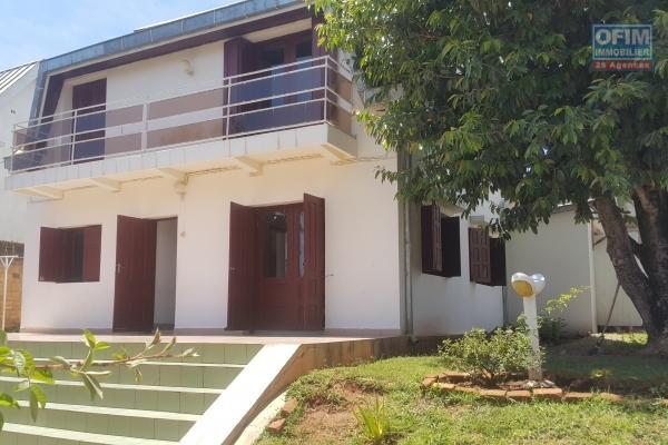Maison avec 10 pièces en bord de route principale dans le quartier d'Ambondrona