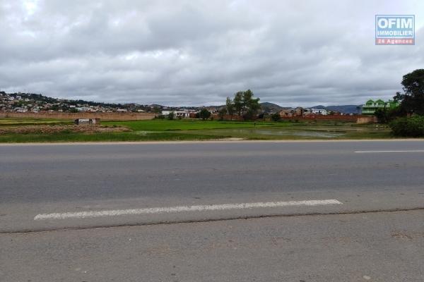 A vendre beau terrain de 27 000 m2 à ivato