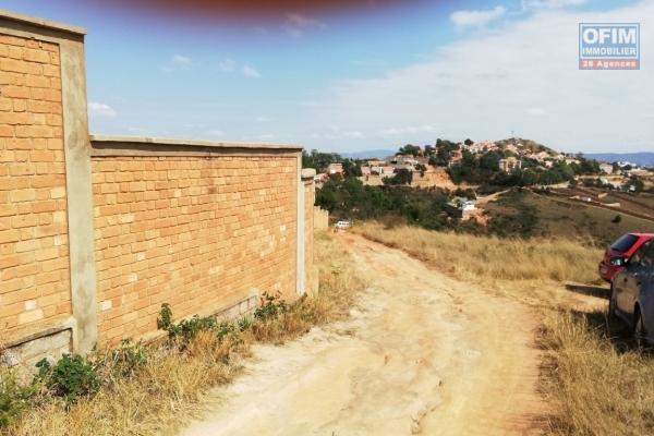 A vendre, terrain partiellement clôturé de 870m2, belle vue dégagée, Ambatomaro