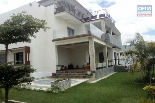 A louer une grande villa F10 neuve et de haut standing dans un endroit calme et résidentiel à Ambohijanahary
