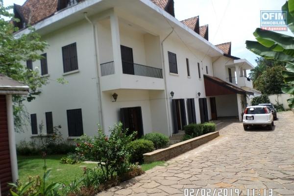 Belle Villa de 2 étages sur un terrain de 1600m2 avec une surface habitable de 900m2 repartie en 19 pièces idéale pour usage mixte à Mahatony
