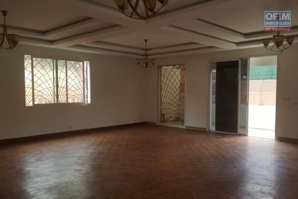 OFIM offre en location une maison F8 à usage mixte au cité planton
