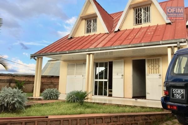 A louer une villa basse de type F4 dans une résidence sécurisée 24h/24 à deux pas de l'école française primaire C à Ambohibao