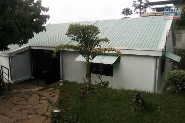 A louer une villa F5 neuve dans un quartier calme disposant une vue panoramique située à Iavoloha.