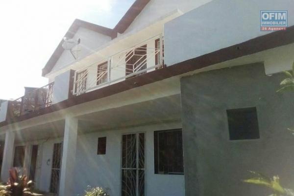 A louer une belle villa à étage de type F7 se situe à Mandrosoa Ivato dans un quartier résidentiel et calme