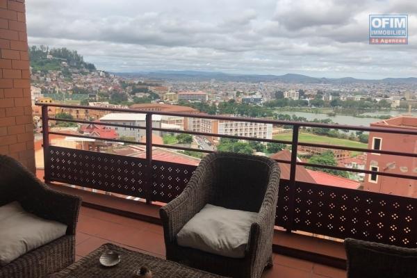 A vendre immeuble de 5 niveaux avec local commercial et plusieurs appartements  plein centre ville Antaninandro