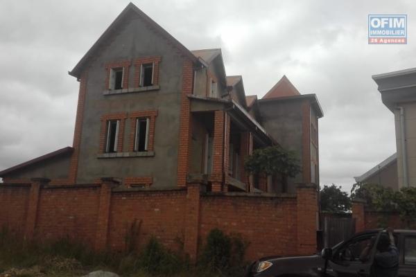 A vendre grande villa à étages à Antsofinondry