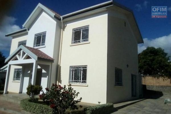 A louer une villa F5 dans un quartier calme disposant une vue magnifique sur les rizières et un beau jardin, située à Manerinerina Ambohibao.
