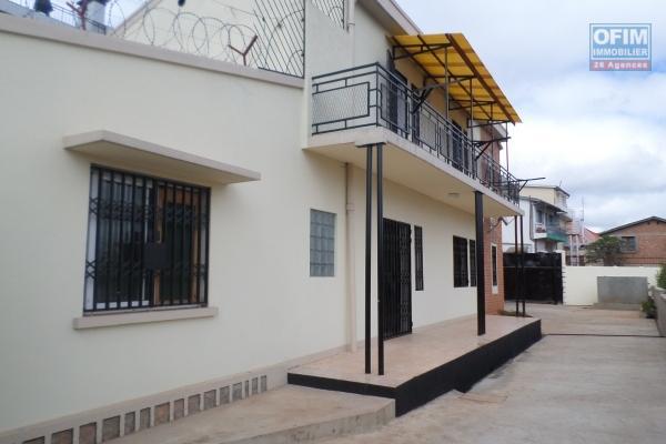 OFIM met en location un appartement T3 à Analamahitsy dans une enceinte sécurisé avec garage et parking.