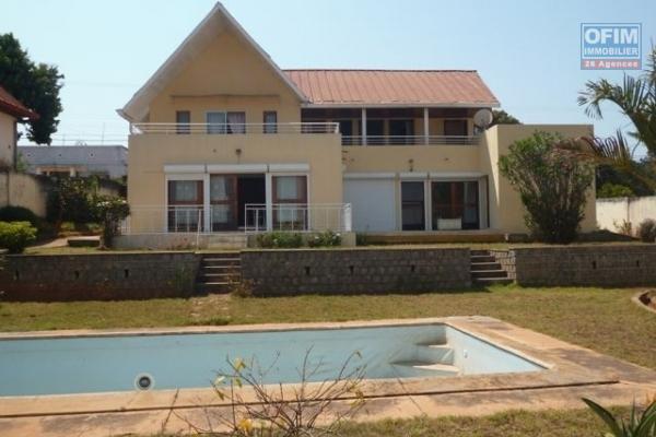 A vendre villa F8 moderne en plein centre ville à Ankadifotsy