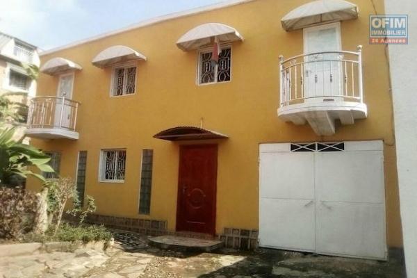 A louer une villa à étage F3 dans une résidence à Ambohidratrimo