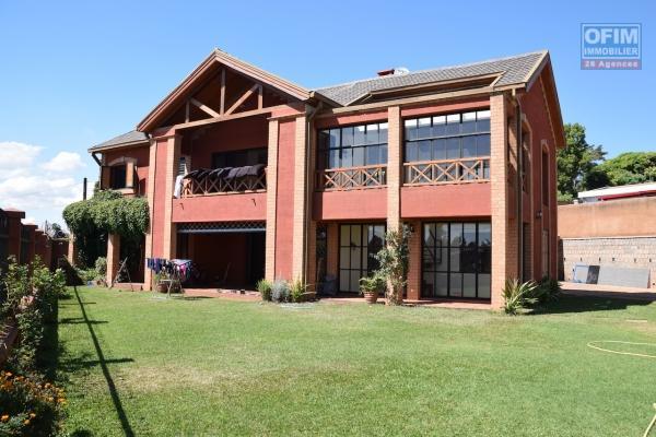 Une grande villa F9avec piscine dans une résidence à Ambatobe