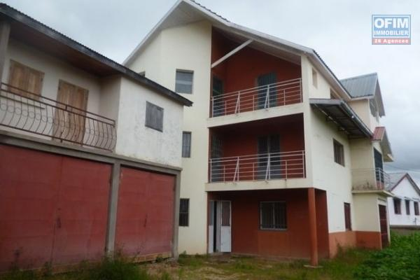 A vendre un grand terrain viabilisé de 6800 m2 avec une maison et chalet à Imertsiatosika