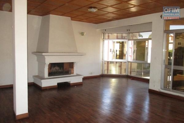 Un grand appartement T4 à usage mixte à Ankadivato
