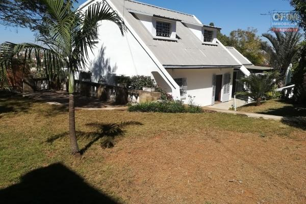 OFIM offre en location une villa spacieuse de type F6 à étage nichée dans un quartier calme de Cité Planton qui est à moins de 10min du centre ville
