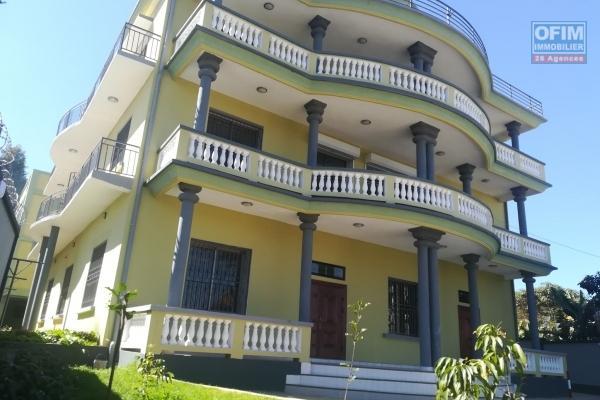 OFIM vous propose deux bâtiments à la location à Ivandry qui a en tout 24 pièces principales dans 5 appartements indépendants.