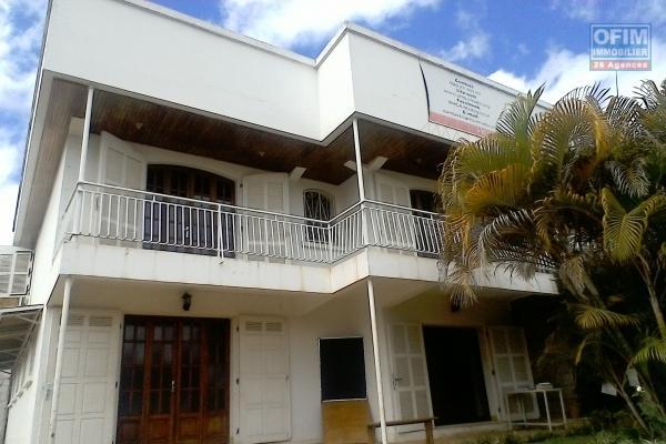 Immeuble en plein centre de Mahamasina, bord de route principale, rue commerçante