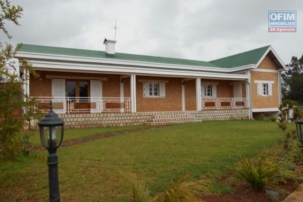 Une villa basse F4 avec grand jardin à Analamahitsy