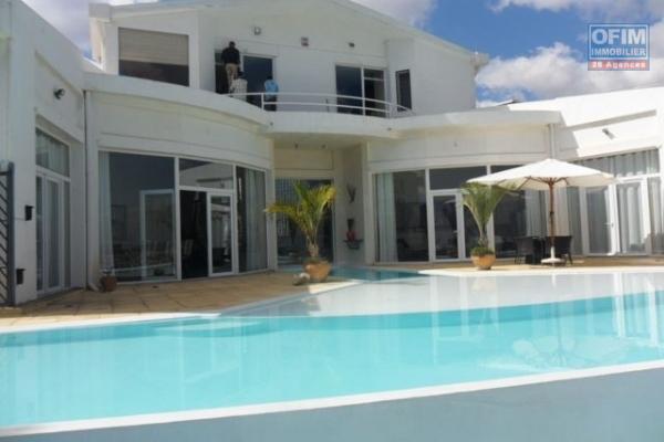 Une villa F7 avec piscine à ambatobe