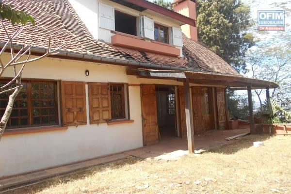 A louer une jolie villa F5 située à Ambohibao.