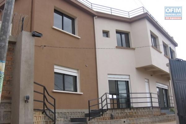 A louer une grande villa à étage F5 neuve se trouvant à deux pas de l'école BIRD à Ambohimiandra, diisponible au début du mois de Décembre 2021