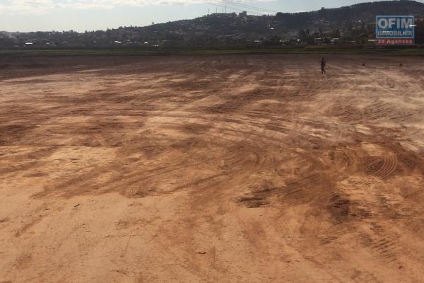 Idéal Entrepôt ou grand projet immobilier tout proche rocade By pass / Marais Massay  22 000 m2 déjà remblayé