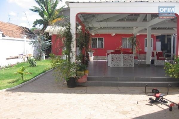 A louer une belle villa à étage F5 + appartement trois niveaux proche de Shoprite à Talatamaty
