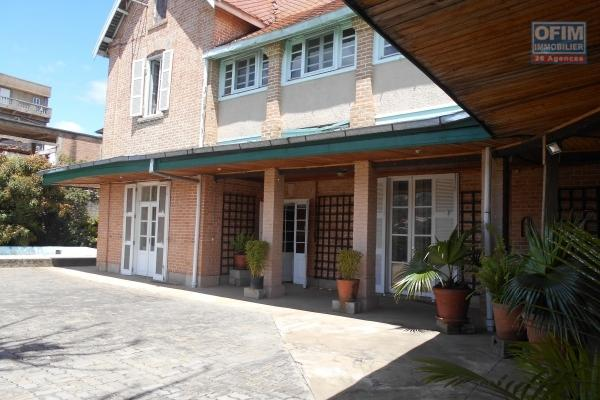 OFIM offre en location une maison F9 à usage mixte à faravohitra Antananarivo