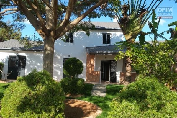 A louer une  jolie villa neuve à étage de haut standing type F5 à 5 minutes de l'école primaire française C à Ambohibao