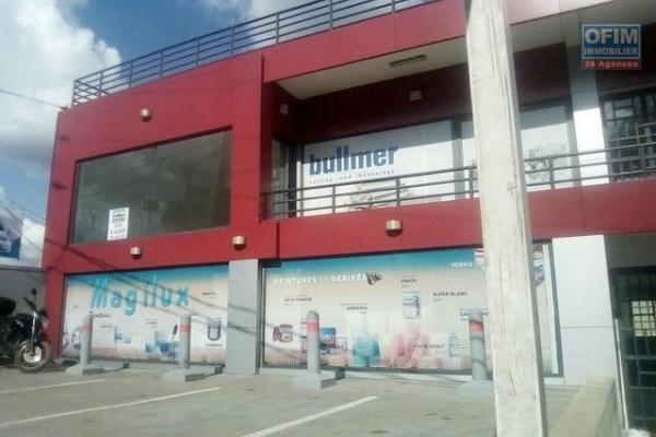 A louer un local de 42m2 avec grande baie vitrée à l'étage d'un immeuble au bord de route à Ambohibao