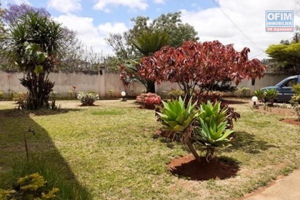 A vendre, un beau terrain de 2300 m2, bord de route principale, clôturé avec magnifique vue à Ambohidratrimo - Antananarivo