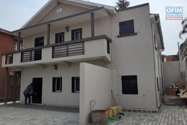 A vendre une villa F5 à étage, dans une résidence sécurisée à 5 min du LFT Ambatobe