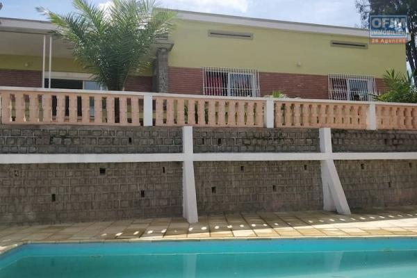A vendre une grande villa avec piscine entièrement autonome en Eau et Electricité sur un terrain de 3 000 m2 avec vue panoramique à Fitroafana